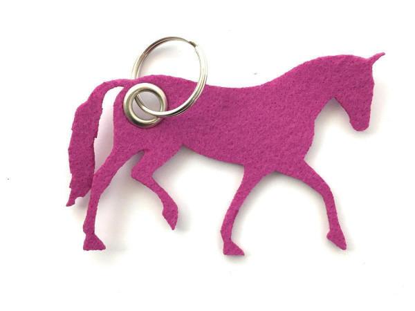Pferd / Dressur / Reiten /laufend - Filz-Schlüsselanhänger - Farbe: magenta - optional mit Gravur /